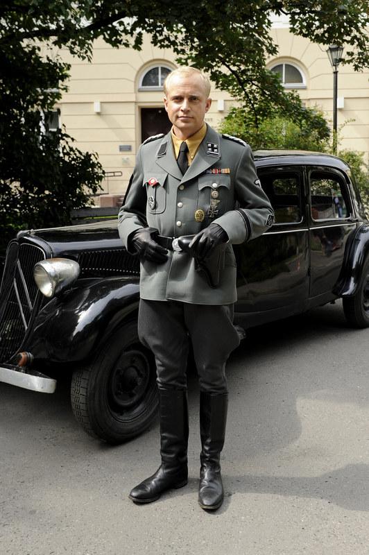 """Piotr Adamczyk na planie serialu """"Czas honoru"""" /Mieszko Pietka /AKPA"""