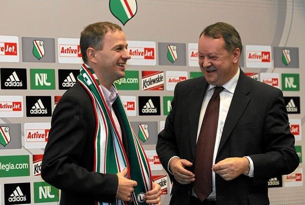 Piotr Bieliński (Action, L) w czasie prezentacji koszulek Legii z logo sponsora., 18.11. 2011 r. /AGENCJA GAZETA