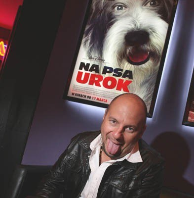 "Piotr Gąsowski na tle plakatu filmu ""Na psa urok"" /"