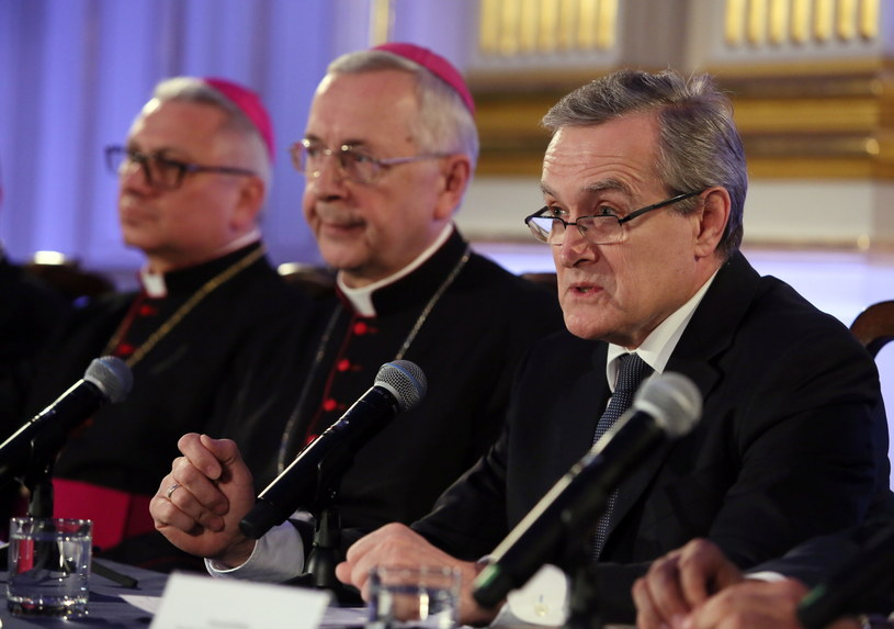 Piotr Gliński z biskupami /Tomasz Gzell /PAP
