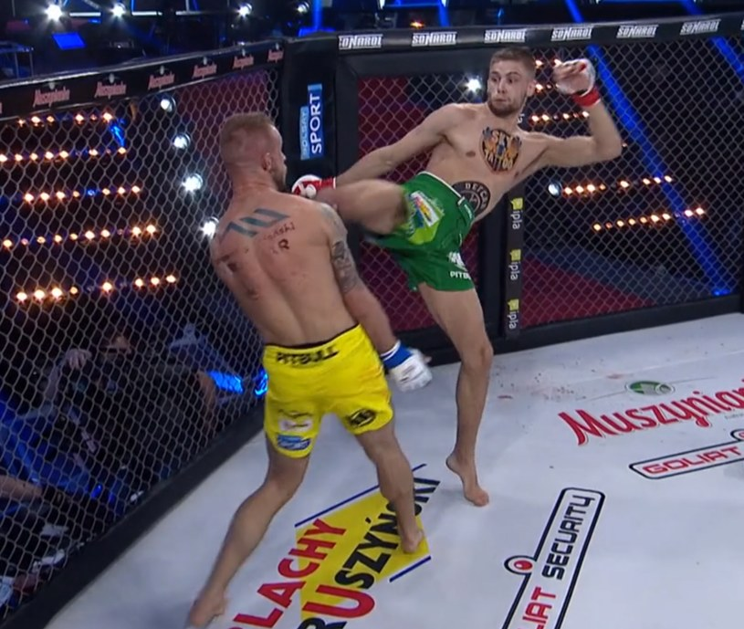 Piotr Kacprzak (zielone spodenki) znokautował Konrada Furmanka /printscreen /Polsat Sport