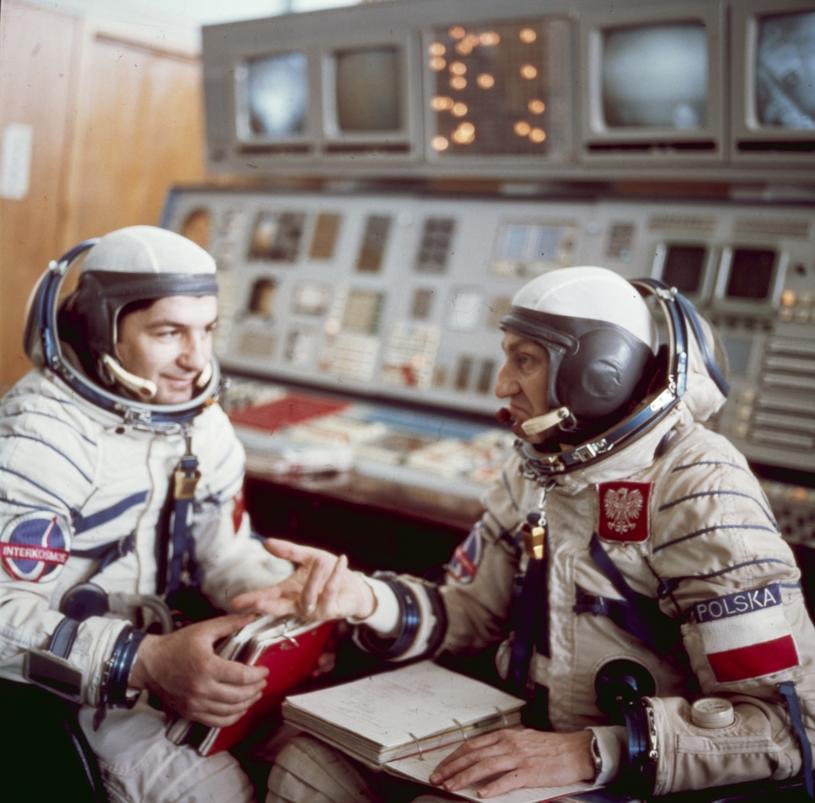 Piotr Klimuk i Mirosław Hermaszewski w trakcie szkolenia przed lotem w kosmos /East News