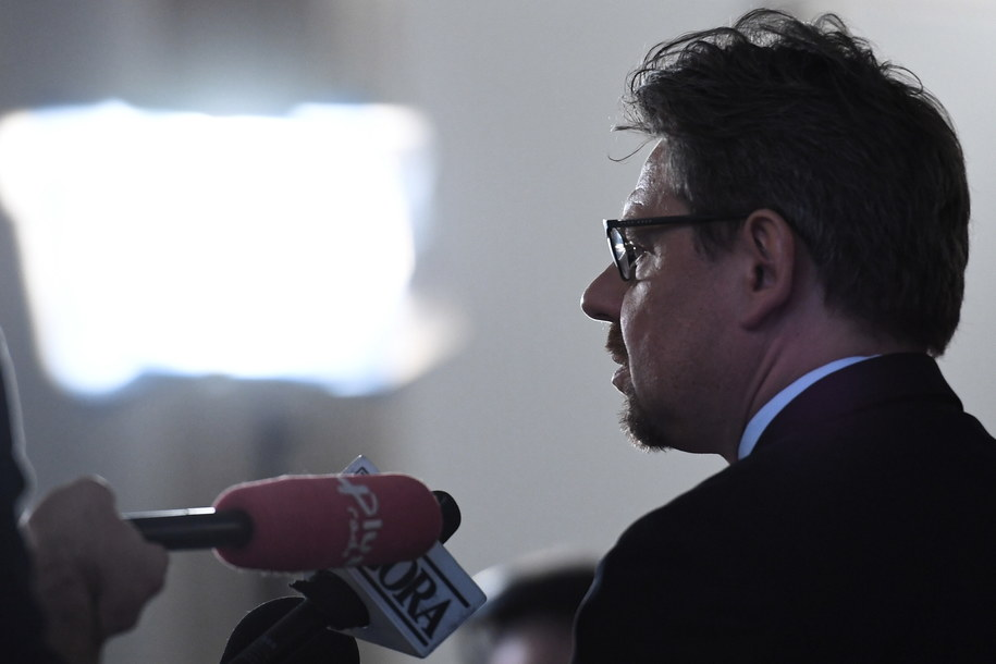 Piotr Misiło podczas konferencji prasowej w Sejmie /Jacek Turczyk /PAP