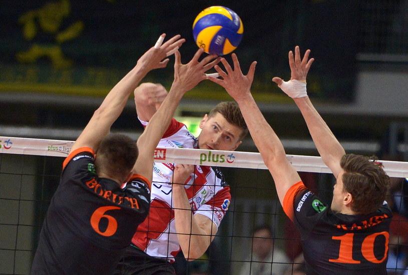 Piotr Nowakowski (biało-czerwona koszulka) /Fot. Darek Delmanowicz /PAP
