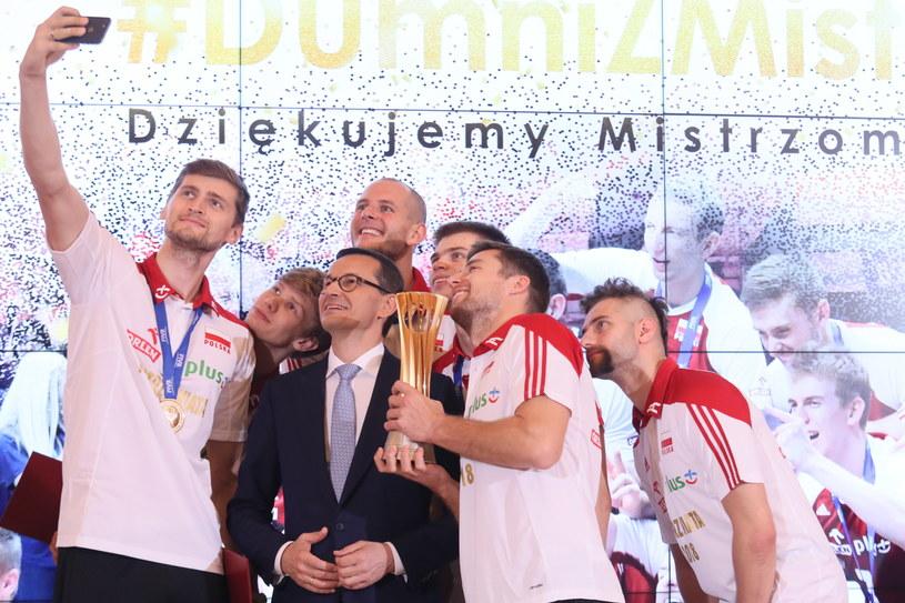 Piotr Nowakowski robi zdjęcie siatkarzom reprezentacji Polski i premierowi Mateuszowi Morawieckiemu /Leszek Szymański /PAP