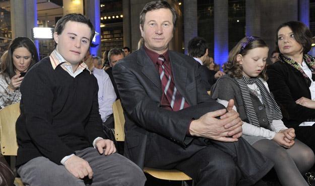 Piotr Swend ze swoimi serialowymi rodzicami - Piotrem Cyrwusem i Małgorzata Ostrowską-Królikowską /AKPA