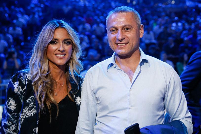 Piotr Świerczewski z dziennikarką Karoliną Szostak przy okazji gali Polsat Boxing Night 7 /Wojciech Figurski /Newspix