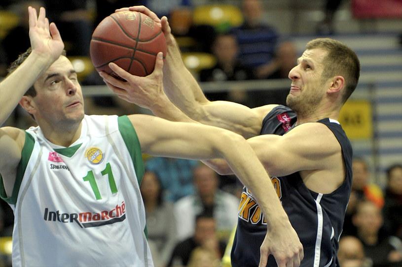 Piotr Szczotka z Prokomu (z prawej) w pojedynku o piłkę z Urosem Mirkovicem z Zastalu /PAP