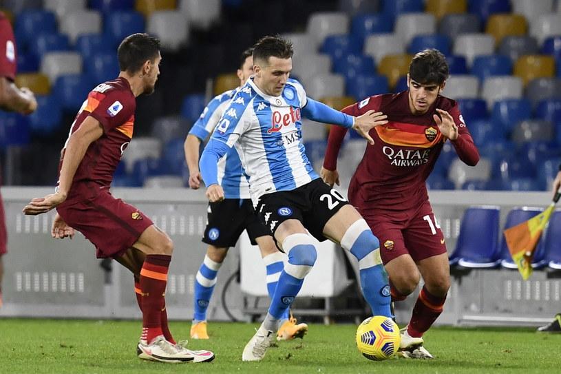 Piotr Zieliński (w środku) należał do pierwszoplanowych postaci meczu Napoli z Romą /PAP