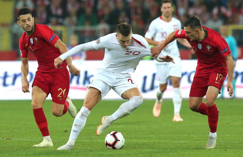Piotr Zieliński walczy o piłkę z Mario Rui oraz Pizzim /Andrzej  Grygiel /PAP