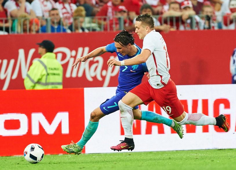 Piotr Zieliński (z prawej) podczas meczu Polska - Holandia /Adam Warżawa /PAP