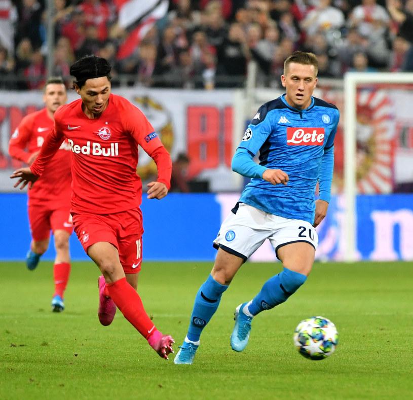 Piotr Zieliński (z prawej) podczas meczu z Salzburgiem /AFP