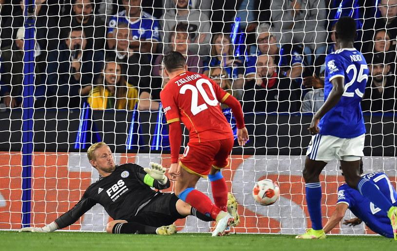 Piotr Zieliński zmarnował doskonałą okazję w meczu z Leicester /PETER POWELL   /PAP/EPA