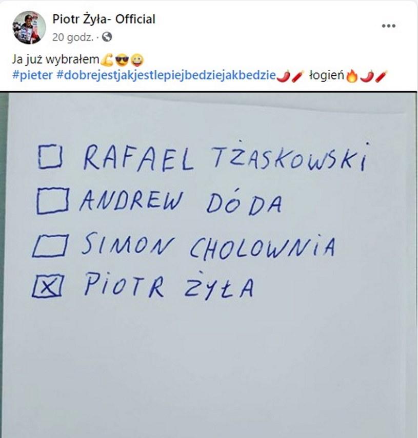 "Piotr Żyła i jego ""karta wyborcza"" fot. Facebook/Piotr Żyła- Official /"