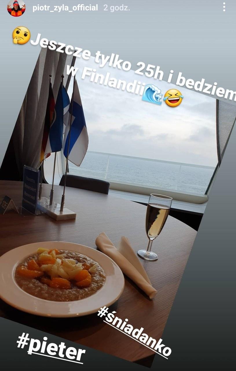 Piotr Żyła je śniadanie z widokiem na morze podczas podróży na PŚ w Ruce /
