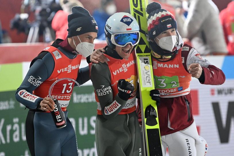 Piotr Żyła, Kamil Stoch i Andrzej Stękała cieszą się z brązowego medalu /PAP/EPA/PHILIPP GUELLAND /PAP/EPA