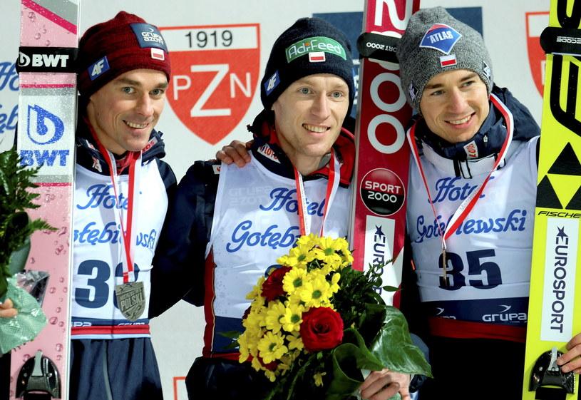 Piotr Żyła (L), Stefan Hula (w środku) i Kamil Stoch na podium mistrzostw Polski /Andrzej Grygiel /PAP
