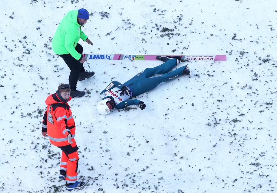 Piotr Żyła po upadku podczas pierwszej serii skoków zawodów Pucharu Świata w skokach narciarskich / Grzegorz Momot    /PAP
