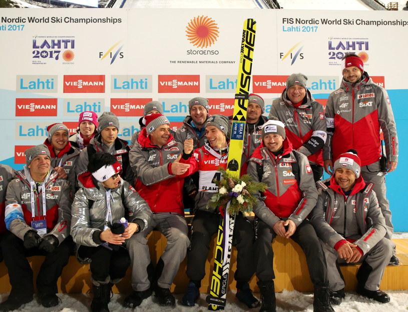 Piotr Żyła (z nartami) oraz członkowie polskiej ekipy skoczków po konkursie na dużej skoczni /Grzegorz Momot /PAP