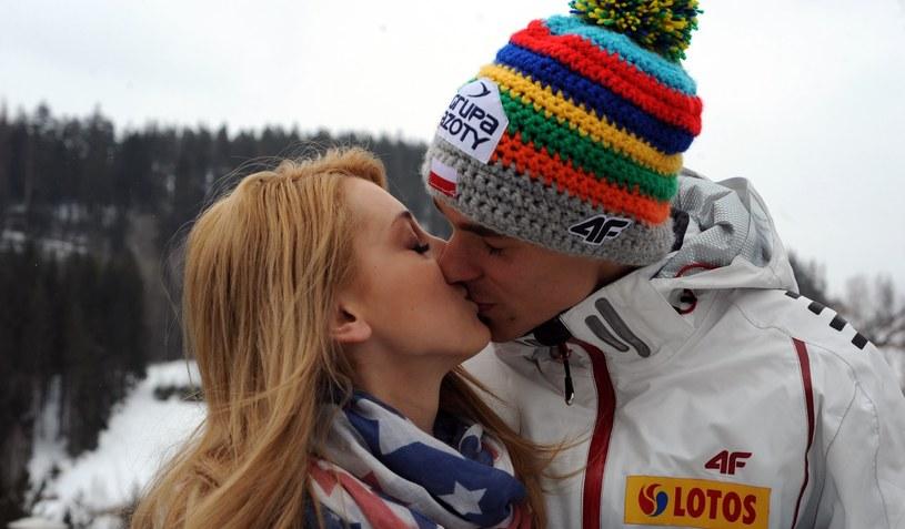 Piotr Żyła z żoną Justyną /Fot. Maciej Gillert /East News