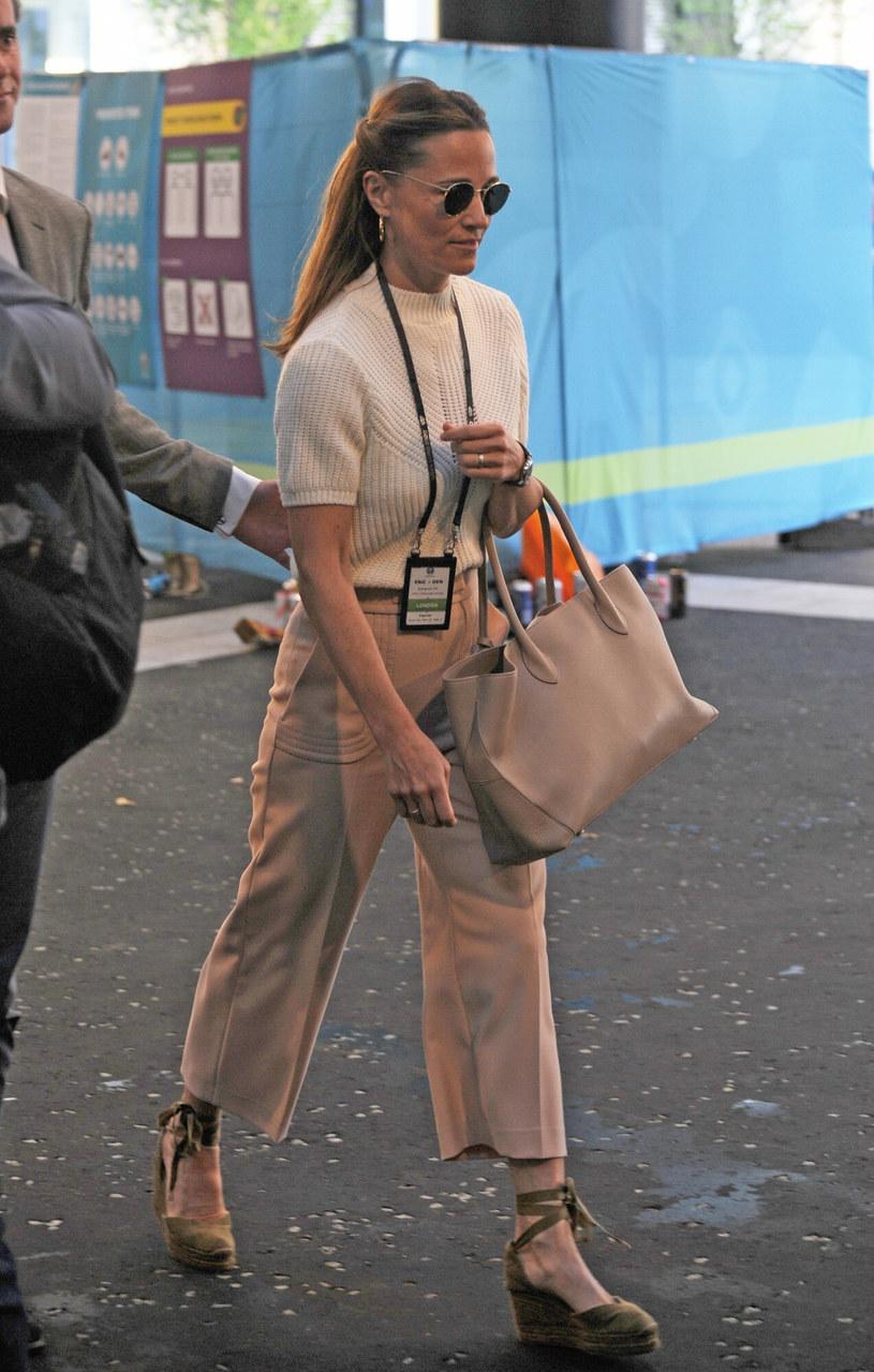 Pippa Middleton wyglądała pięknie w kremowo-beżowej stylizacji /SplashNews.com /East News