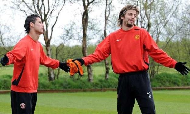 Pique (z prawej) dobrze zna Ronaldo z czasów gry w Manchesterze United /AFP