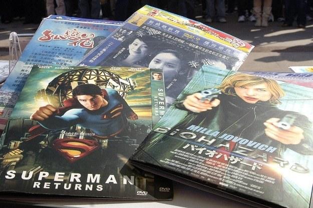 Pirackie filmy DVD trafiają do nas zarówno z Chin, jak i za wschodniej granicy /AFP