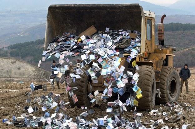 Pirackie płyty CD oraz DVD, podobnie jak inne podróbki, są niszczone. Czasami  trudno z tym nadążyć /AFP