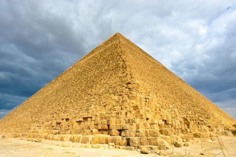 Piramida Cheopsa jest koślawa, choć nie wygląda /123RF/PICSEL