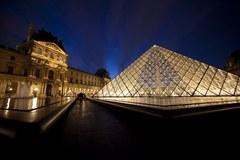 Piramida przed Luwrem świeci ekologicznym przykładem