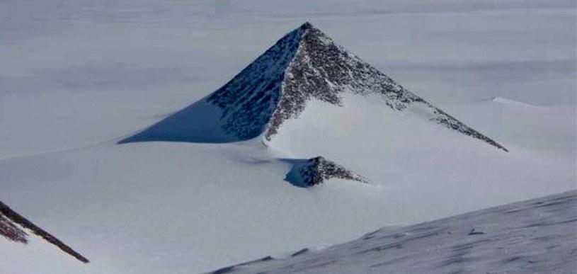 """""""Piramida z Antarktydy"""" - wielu liczyło na to, że ma ona starożytne pochodzenie                   Fot. Google Earth /Informacja prasowa"""