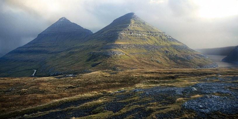 """""""Piramidy"""" z Wysp Owczych - jak widać, rzeczywiście przypominają starożytne piramidy       Zdjęcie: Tumblr.com /Informacja prasowa"""