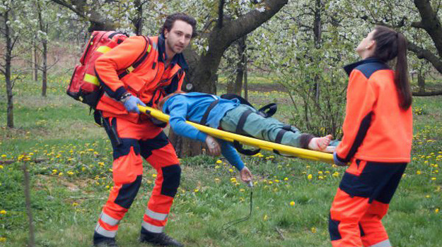 Pirotechnicy ruszą do akcji... A Piotr i Martyna kilka godzin spędzą uwięzieni na środku pola minowego, cały czas trzymając nosze z chorym /www.nasygnale.tvp.pl/