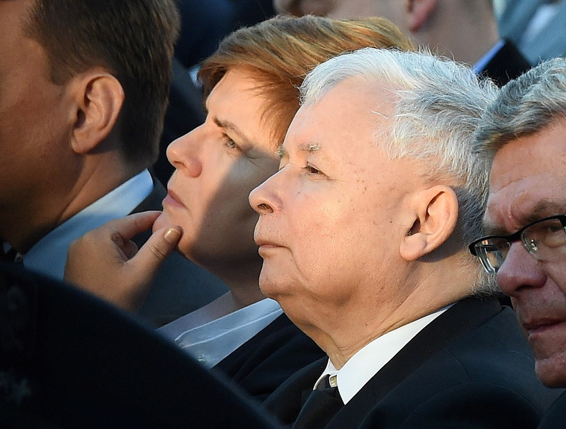 PiS nadal na prowadzeniu /Radek Pietruszka /PAP