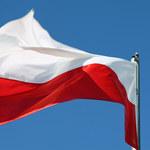 PiS rozdaje flagi na Placu Zbawiciela