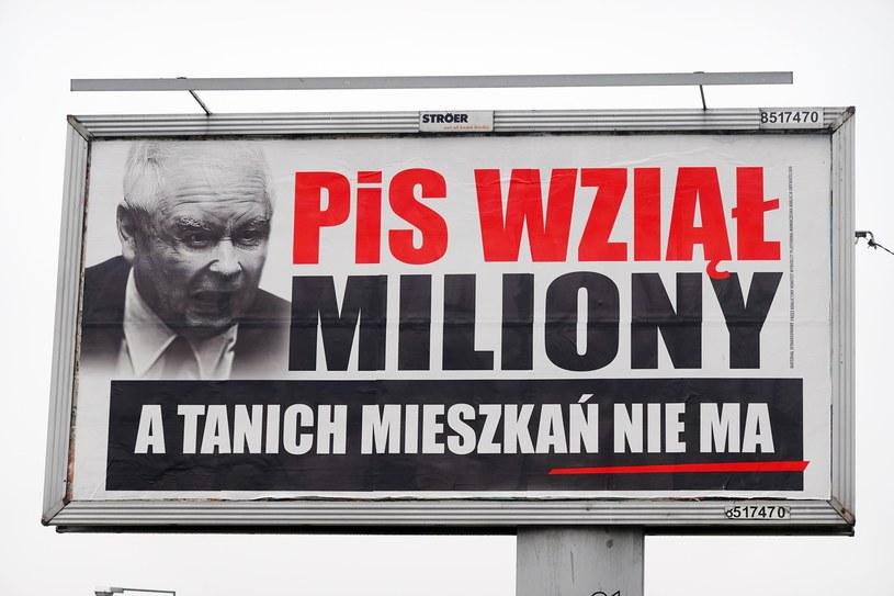 PiS wziął miliony, a wszystko drożeje – billboardy z takimi hasłami i wizerunkiem rozwścieczonego prezesa PiS pojawiły się w miastach w całej Polsce /Fot. Wojtek Laski /East News