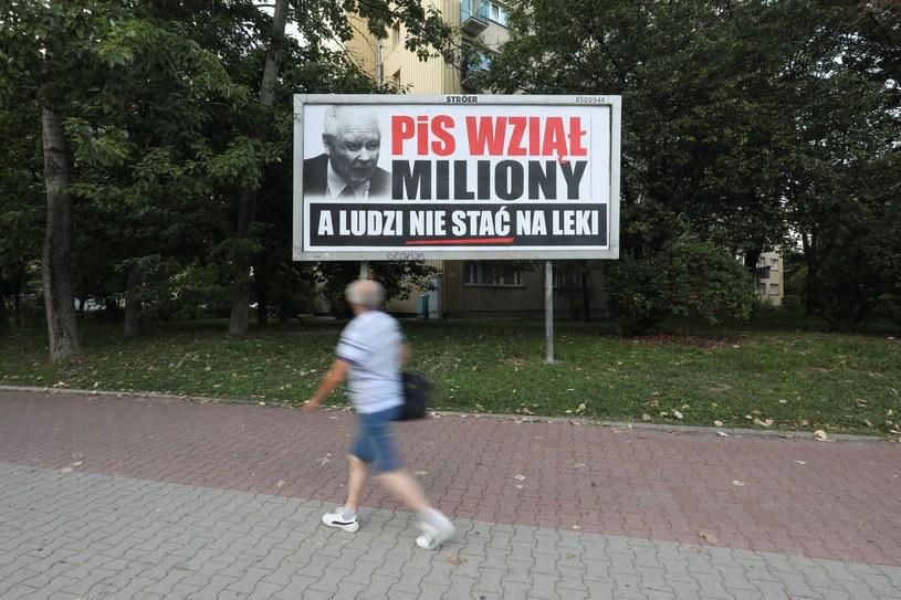 """""""PiS wziął miliony"""" - PO w ramach rozpoczynającej się kampanii przed wyborami samorządowymi powiesiła około 2 tysięcy bilbordów /Stanisław Kowaczuk /Reporter"""