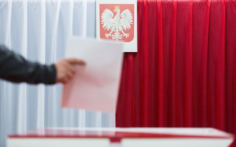 PiS za projektem uchylającym obowiązek transmisji z lokali wyborczych /Andrzej Hulimka  /Reporter