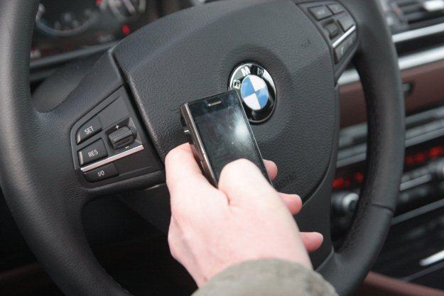 Pisanie smsów podczas jazdy jest groźniejsze niż telefonowanie /INTERIA.PL