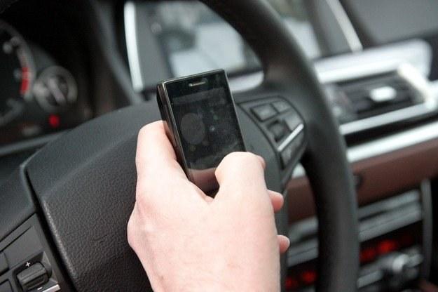 Pisanie smsów w czasie jazdy jest niebezpieczne /INTERIA.PL