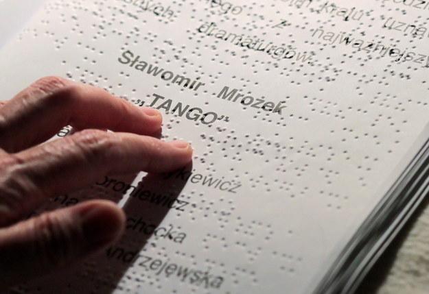 Pisany alfabetem Braille'a program do sztuki teatralnej / Tomasz Waszczuk    /PAP
