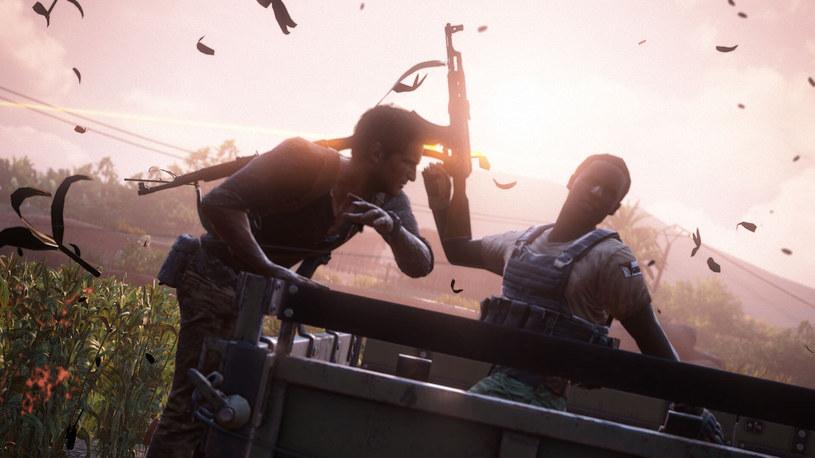 Pistolety to nie jedyna broń - Nathan posiada odpowiedni zapas mocy w rękach i potrafi zrobić z niej użytek, kiedy tylko nadarzy się okazja /materiały źródłowe