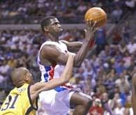 Pistons - Pacers 96:81. Reggie Miller probuje zatrzymać Antonio McDyessa /AFP