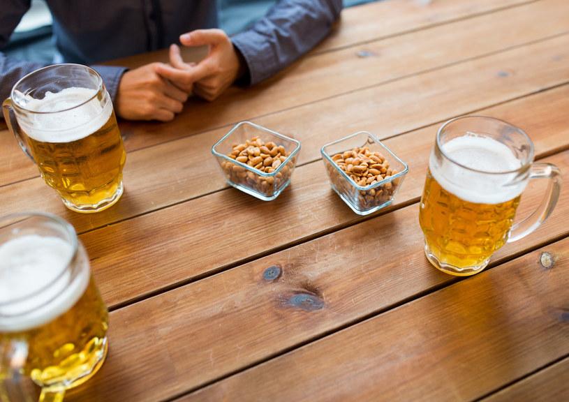 Piwo i orzeszki? Lepiej nie jedz ich razem! /123RF/PICSEL