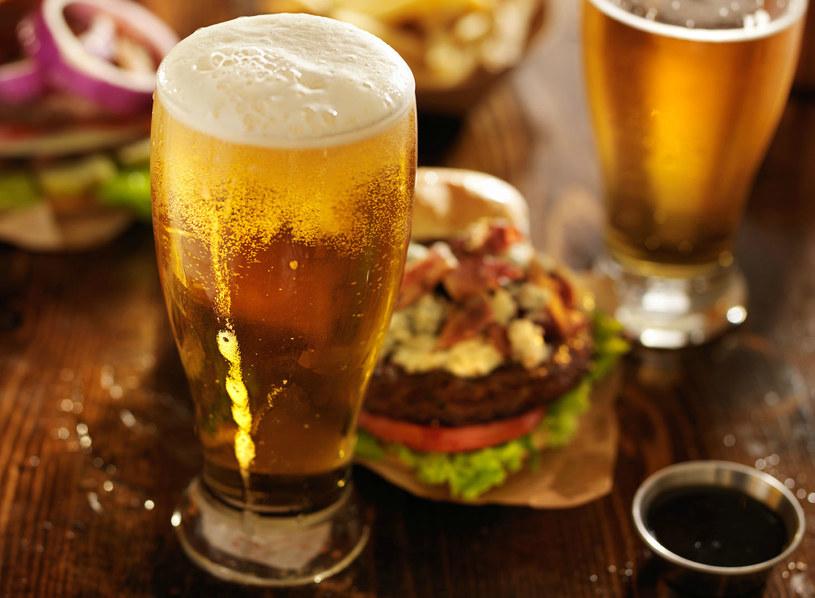 """Piwo nie tuczy. Pamiętajcie jednak, że """"zabójcze"""" może być to, co zajadacie między kolejnymi łykami złotego trunku /123RF/PICSEL"""