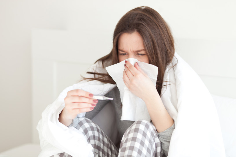 Piżamę trzeba zmieniać codziennie, gdy dopadnie nas choroba /123RF/PICSEL