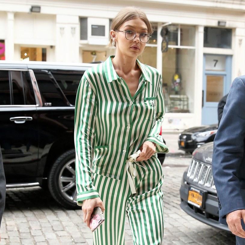 Piżamy na ulicę przywdziewały chętnie takie gwiazdy jak: Gigi Hadid, Rihanna czy Selena Gomez /East News
