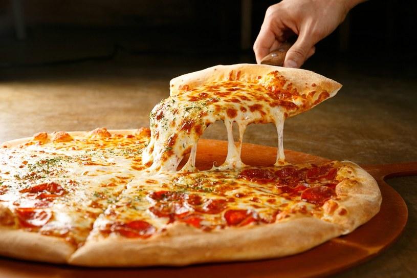 Pizza i frytki, a także słodkie przekąski - tego unikajmy, szczególnie wieczorem /123RF/PICSEL