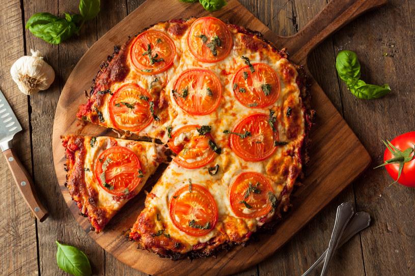 Pizza na cienkim cieście kalafiorowym /123RF/PICSEL