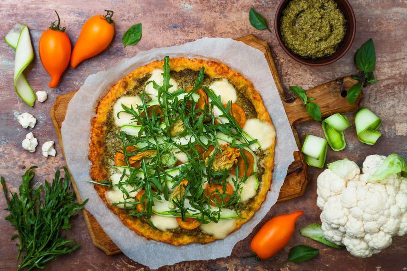 Pizza na spodzie kalafiorowym - pyszna i zdrowa! /123RF/PICSEL